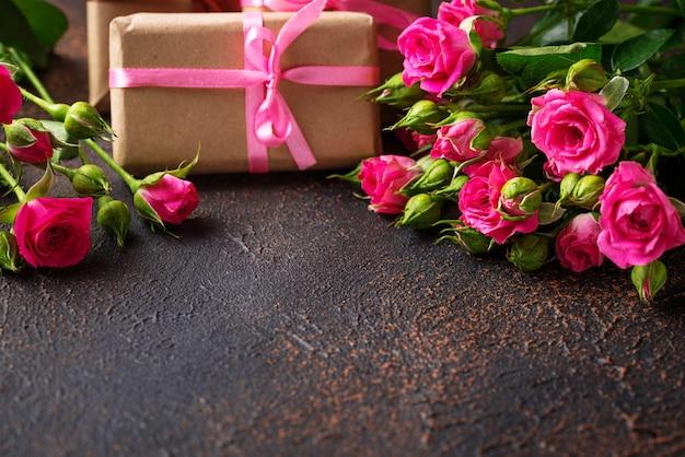 Roses roses et coffrets cadeaux avec rubans