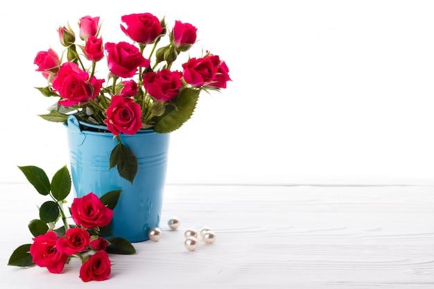 Roses roses dans un backet