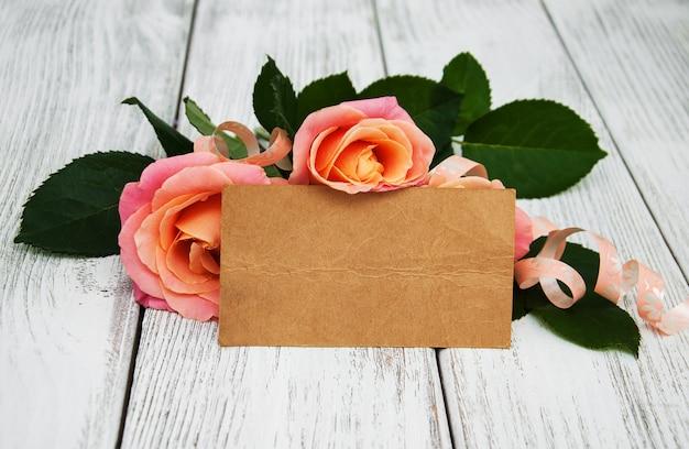 Roses roses sur un fond en bois