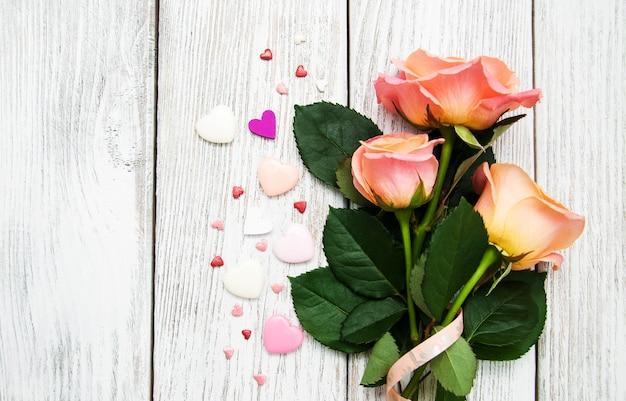 Roses roses sur un plancher en bois