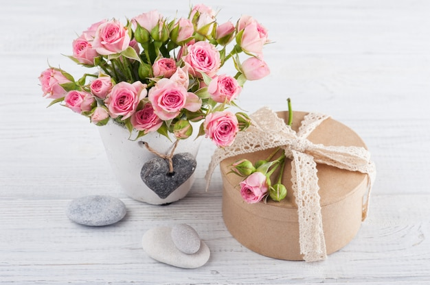 Roses roses en pot de béton