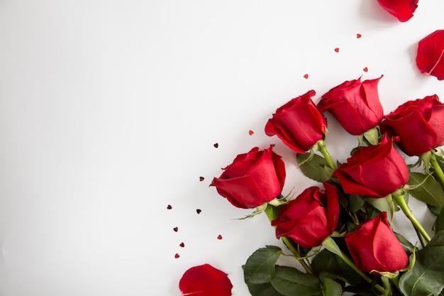 Roses rouges sur blanc. saint valentin, jour du mariage