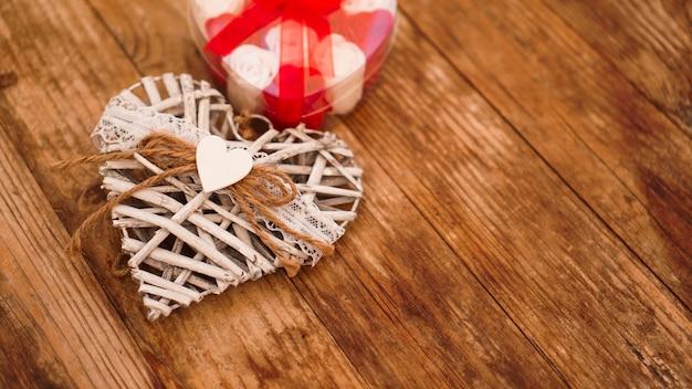 Roses rouges et blanches et coeur blanc de la saint-valentin sur fond en bois. vue de dessus avec espace de copie