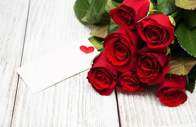 Roses rouges et carte de voeux