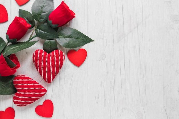 Roses rouges et coeurs mignons