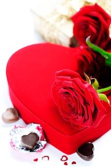 Roses rouges et coeurs pour la saint valentin
