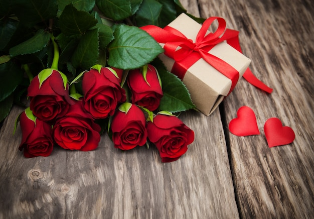 Roses rouges et coffret cadeau