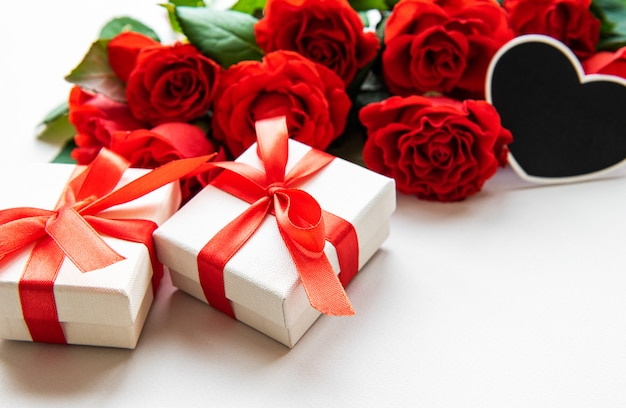Roses rouges et coffrets cadeaux