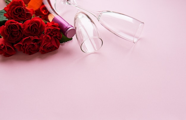 Roses rouges et deux verres