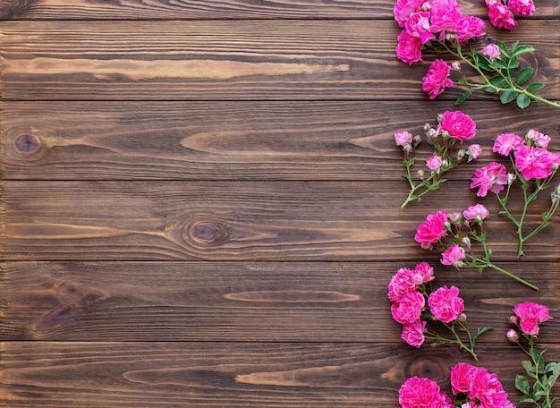 Roses rouges sur fond de bois