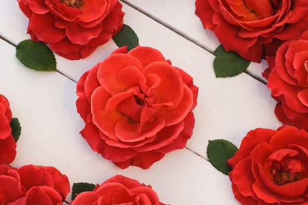 Roses rouges sur fond clair, carte de voeux, saint valentin - vacances, mariage, célébration