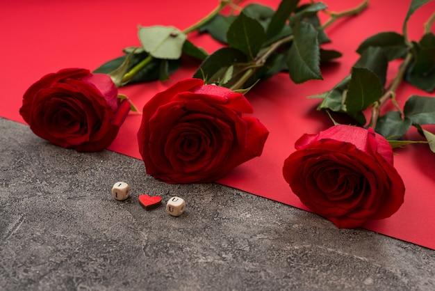 Roses rouges et papier rouge