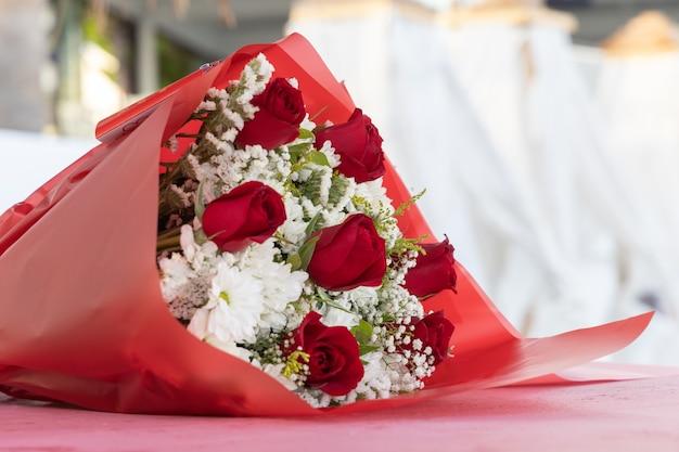 Roses rouges sur la table