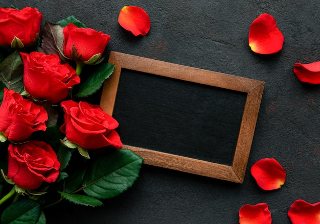 Roses rouges et tableau noir
