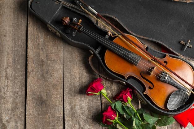 Roses rouges et un violon