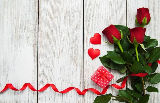 Roses et ruban rouge