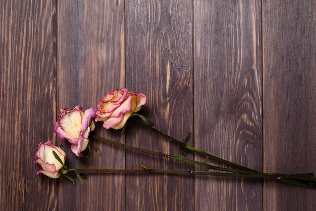 Roses sèches sur fond en bois
