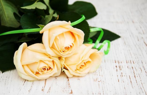 Roses sur la table en bois