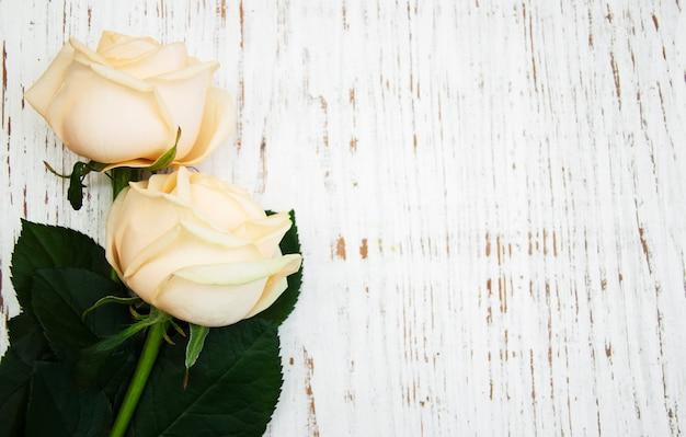 Roses sur une table en bois