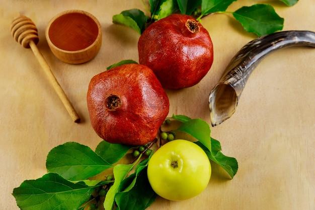 Rosh hashanah simbol. pomme, miel et grenade.