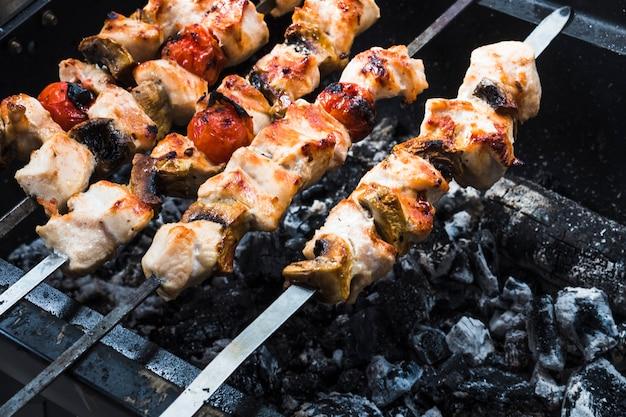 Rôti sur les brochettes shish grill