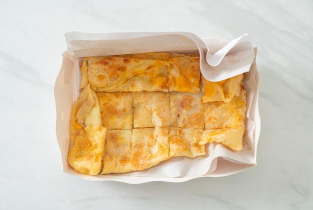 Roti frit avec oeuf et lait concentré sucré