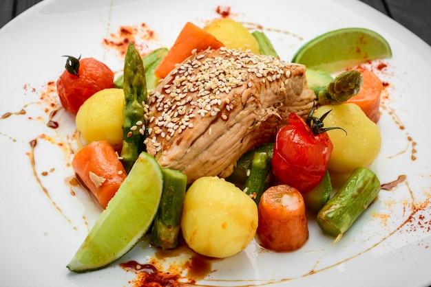 Rôti maison aux carottes, pommes de terre et divers légumes