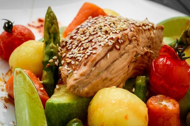 Rôti maison aux carottes, pommes de terre et légumes variés