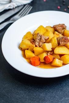 Rôti de pommes de terre et viande de légumes rôtis portion de goulache