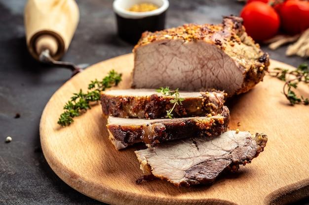 Rôti de porc aux herbes et légumes. menu du restaurant, régime, recette de livre de cuisine.