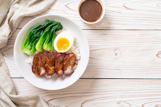 Rôti de porc rouge barbecue sur riz garni