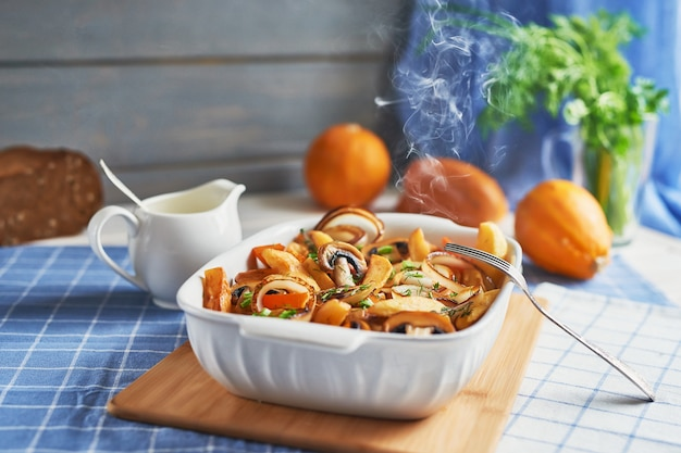 Rôti végétarien sans viande avec citrouille, pommes de terre et champignons; pot de citrouille