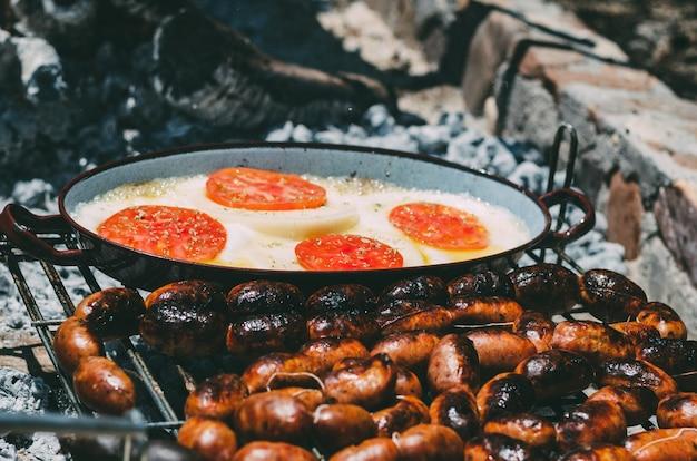 Rôtissage de chourizo et de provolone au barbecue