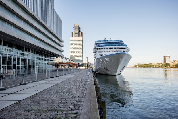 Rotterdam, pays-bas - 6 août 2017 : vue paysage sur la rivière avec un paquebot de croisière près du terminal de rotterdam aux pays-bas