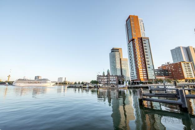 Rotterdam, pays-bas - 6 août 2017 : vue sur le paysage urbain du quartier moderne avec de beaux gratte-ciel au port de rijn pendant la matinée à rotterdam