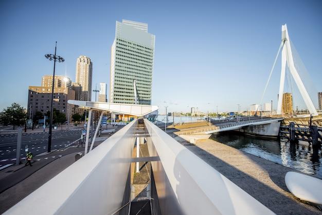 Rotterdam, pays-bas - 6 août 2017 : vue sur le paysage urbain avec la passerelle moderne et les gratte-ciel pendant la matinée à rotterdam