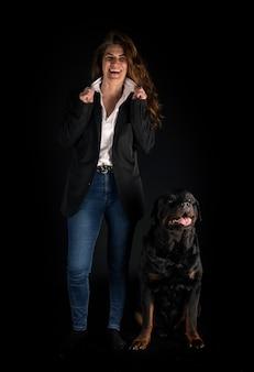 Rottweiler de race pure et femme isolée sur fond noir