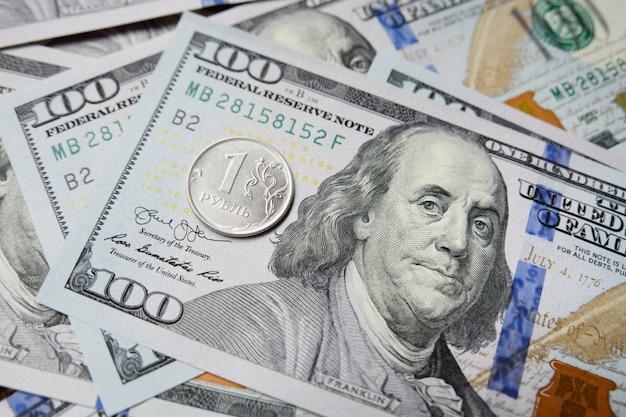 Un rouble russe sur fond de dollars. taux d'échange.