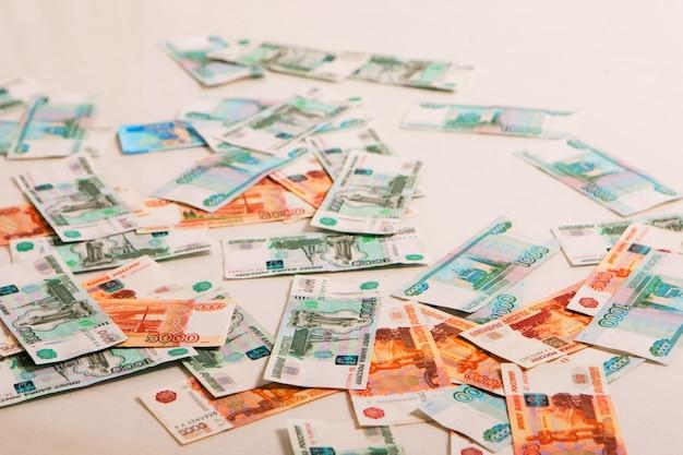 Les roubles isolés sur fond blanc argent sur le sol à l'entreprise de salaire d'investissements d'intérêt