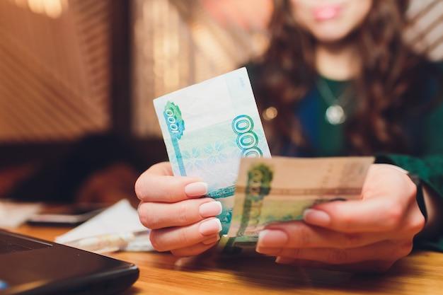 Roubles russes entre les mains d'une femme d'affaires.