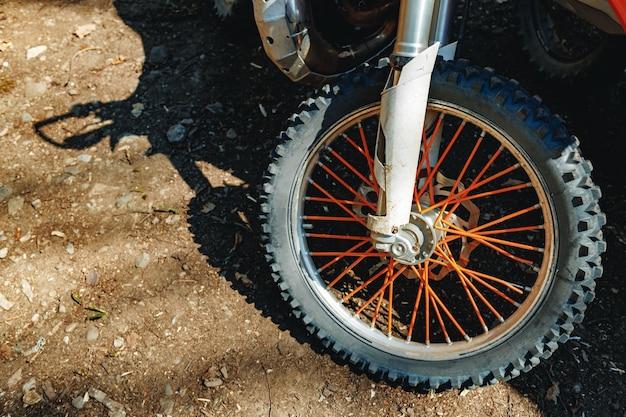 La roue avant du motocross se bouchent