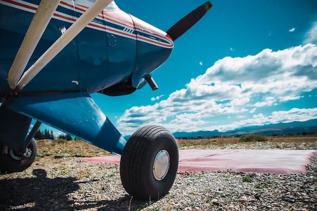 Roue d'avion sur chemin de terre