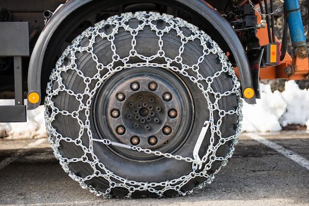 Roue de camion avec des chaînes à neige