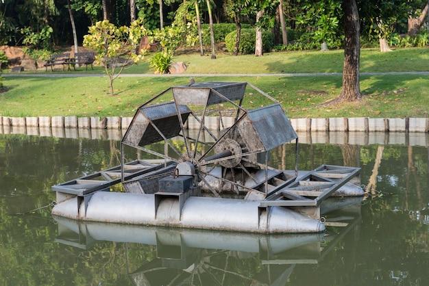 Roue à eau flottant sur le canal du parc