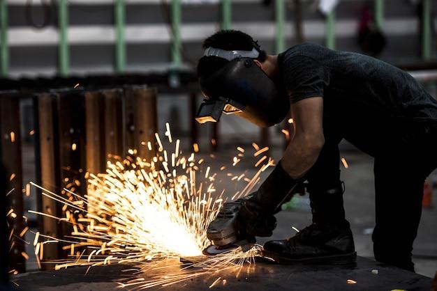Roue électrique meulage sur structure en acier en usine