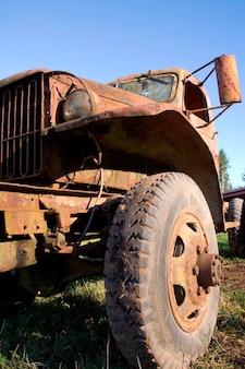 Roue jeep poussiéreuse