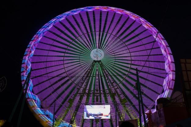 Roue de merveille longue vue violet dans la nuit