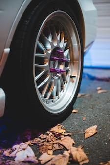 Roue multibras chromée avec écrous de roue violets