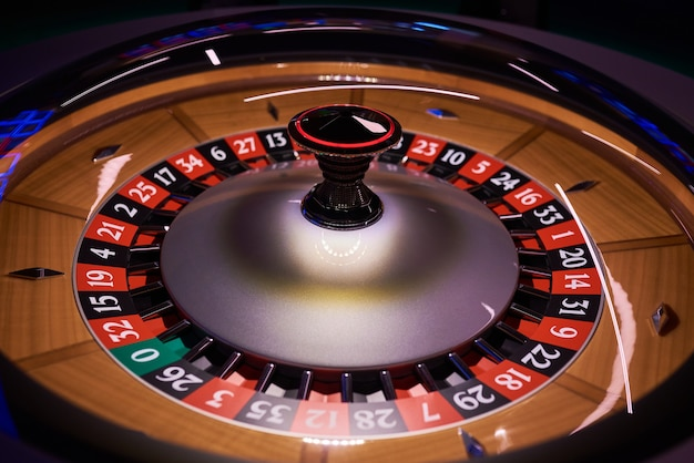 Roue de roulette au casino plan large sur fond noir