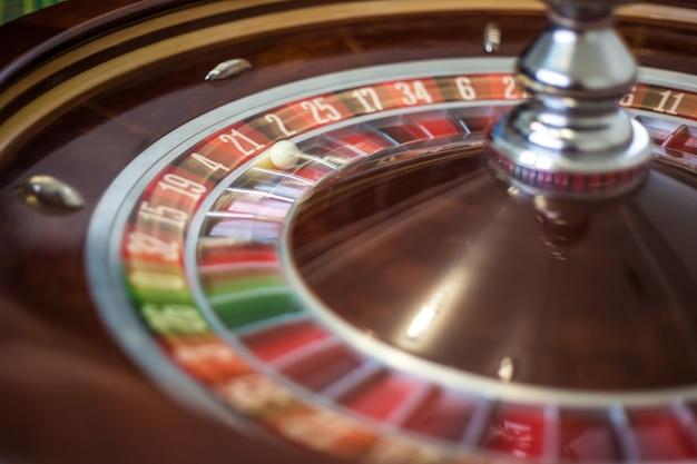 Roue de roulette de casino classique avec secteur rouge vingt et un 21 et boule blanche. fermer les détails